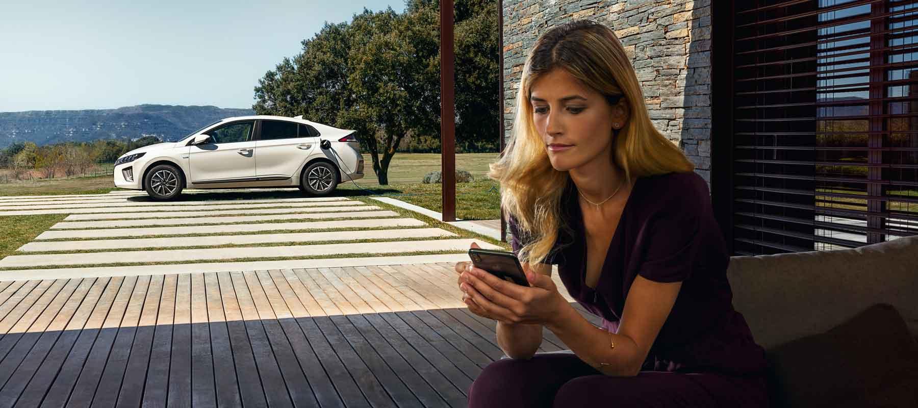 Frau bucht ihr Wunschauto bei Hyundai Abo ab 18.